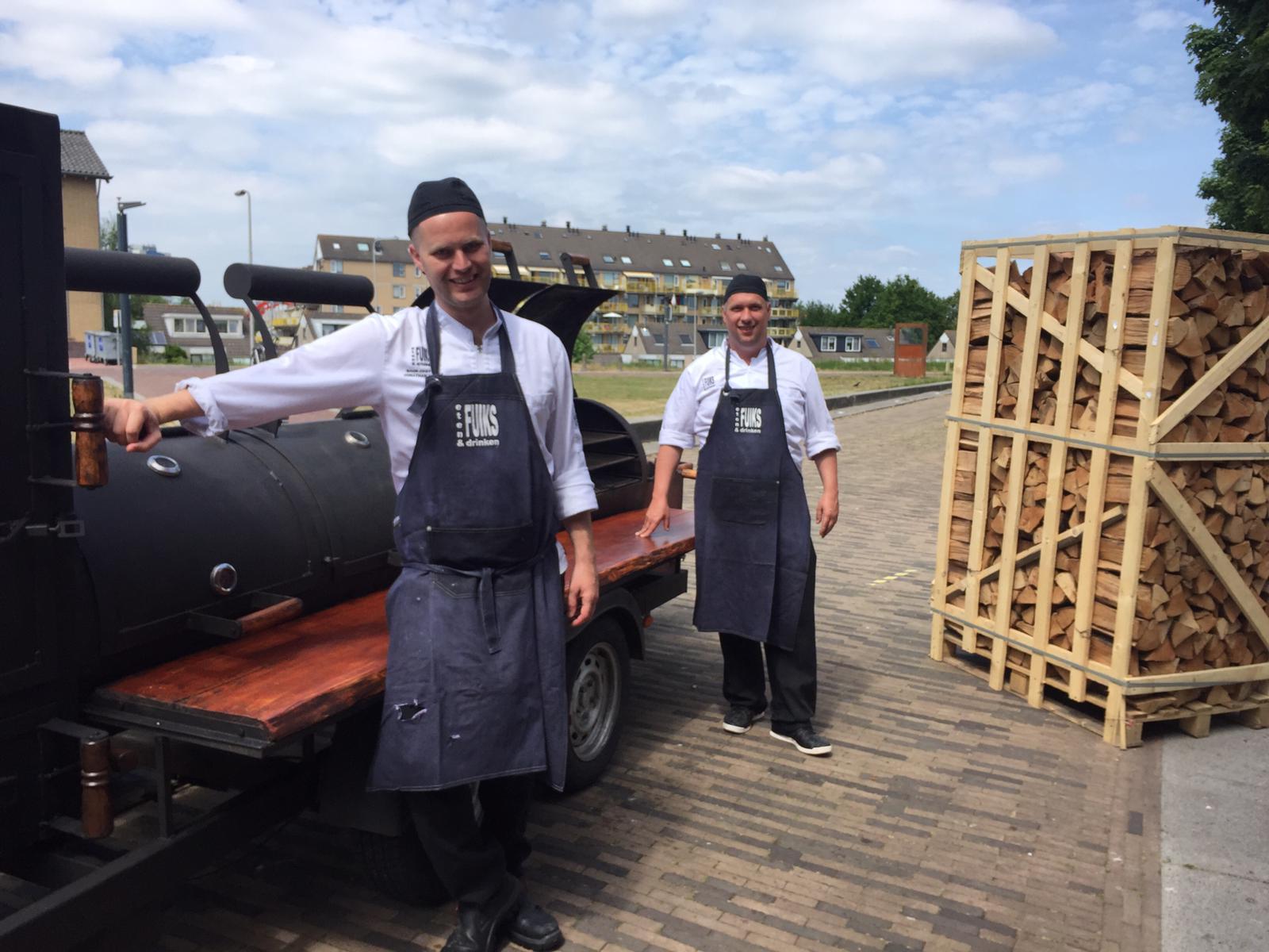 Chef-kok Gaston Scholte (rechts) en Sous-chef Jonathan van Es (links) bij de Oklahoma Smoker